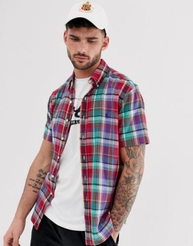 Camisa de corte estándar a cuadros rojos con manga corta y logo de jug...